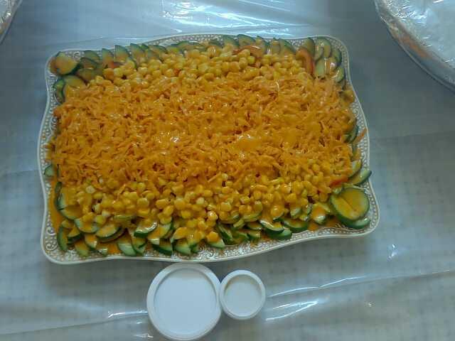 الطريقة : اول طبقه خس بعدين فلفل اخضر بارد